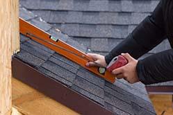 Opmeten van de hellingsgraad van een hellend dak